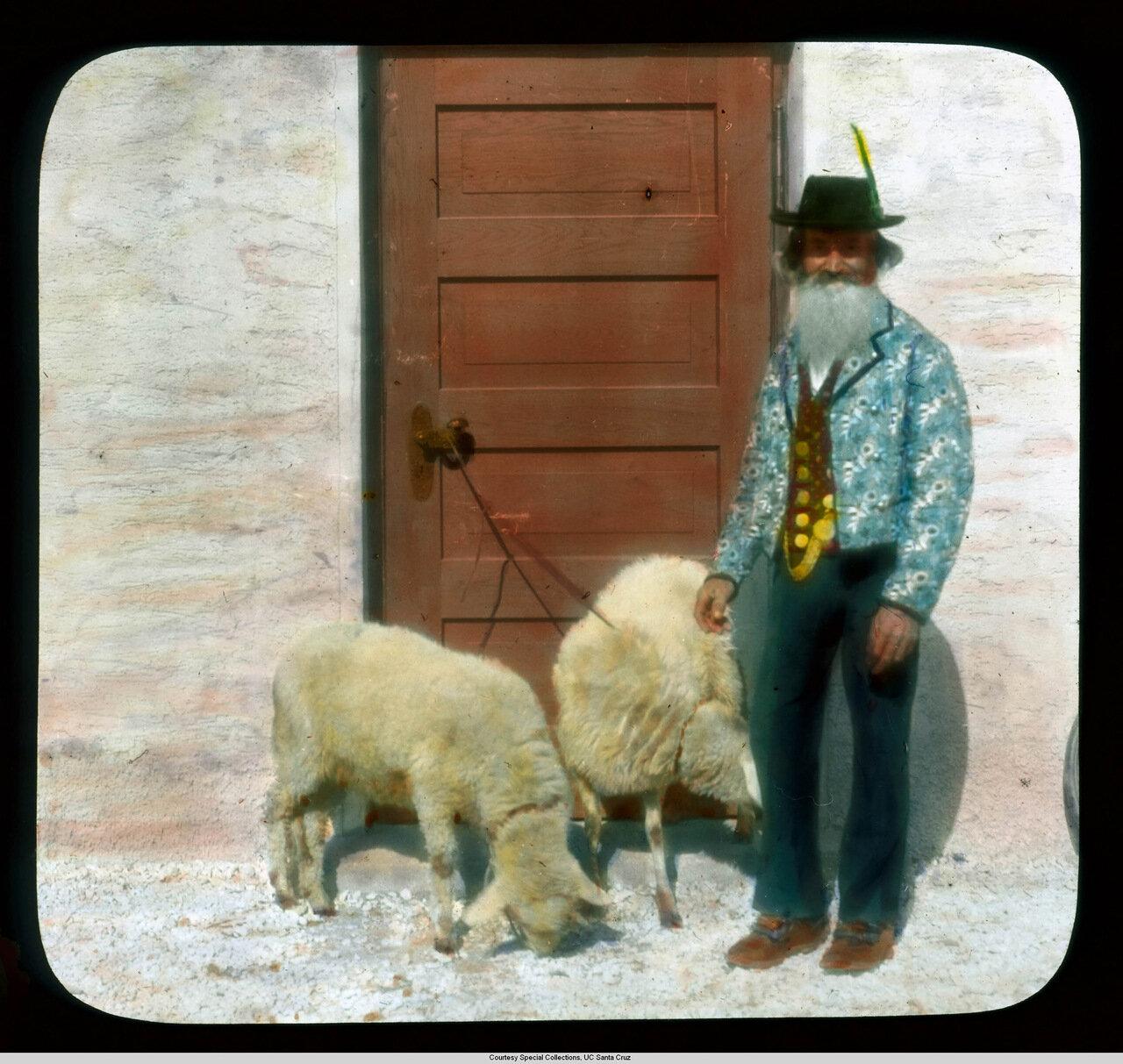 Обераммергау. Страсти Христовы. Пастух с двумя овцами возле театра