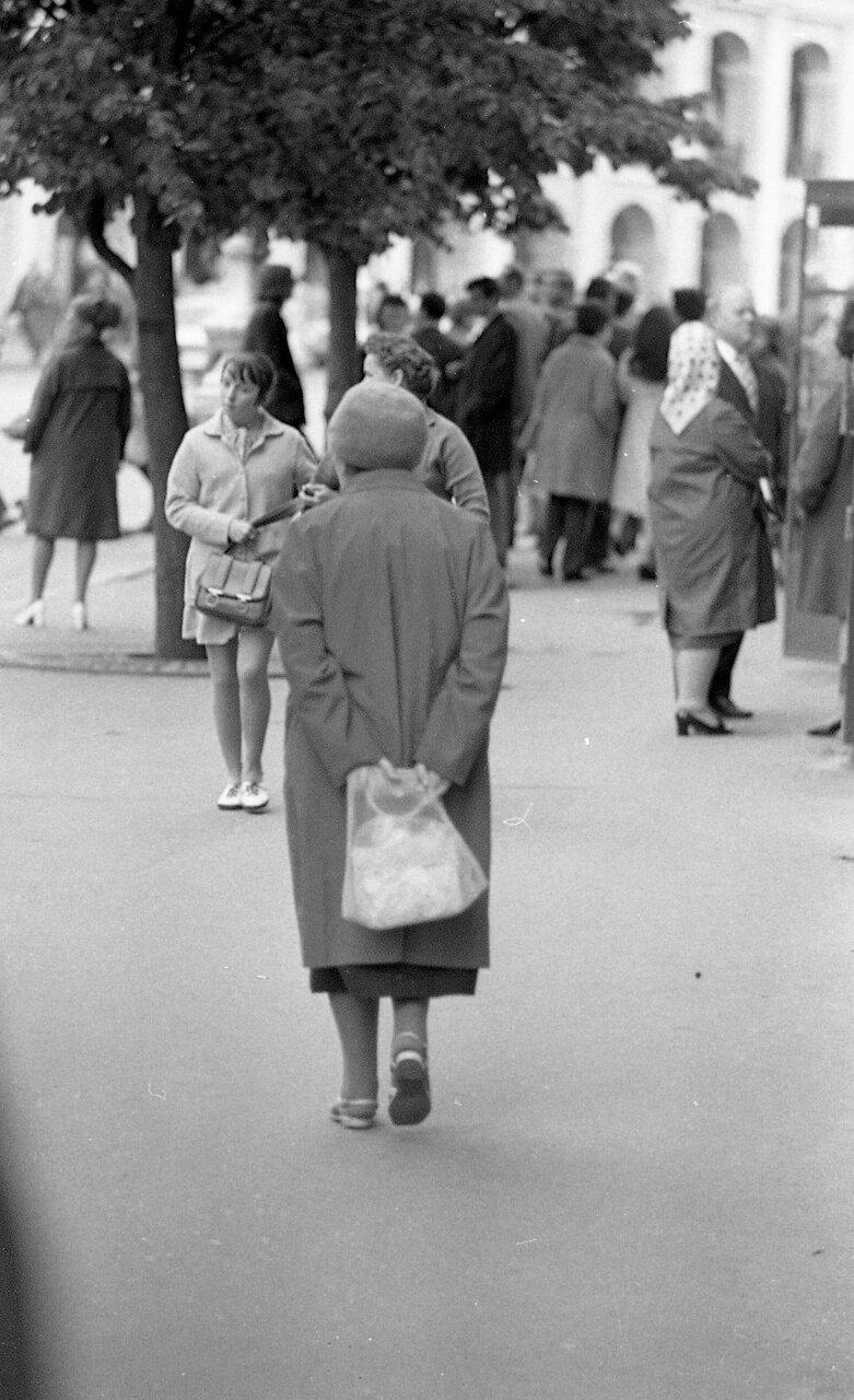 Старая женщина. Москва