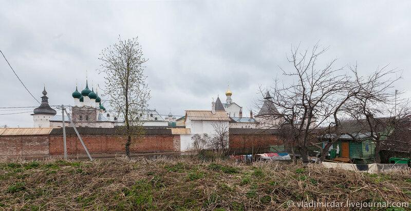 Палатка Митрополичьего сада (центральная часть кадра) в южной стене Ростовского кремля