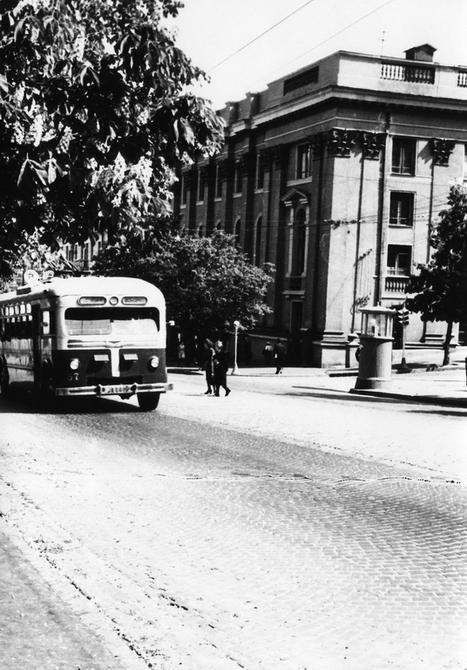 1949.05.17. Троллейбус на углу улиц Ленина (ныне улица Богдана Хмельницкого) и Пушкинской