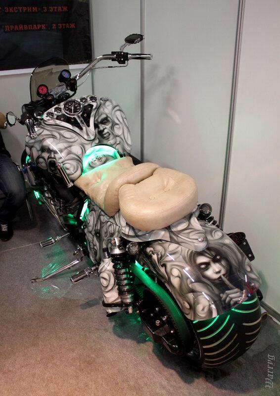 Мотоцикл Boss Hoss 8.2 на стенде мотомастерской «STUNT SERVICE»
