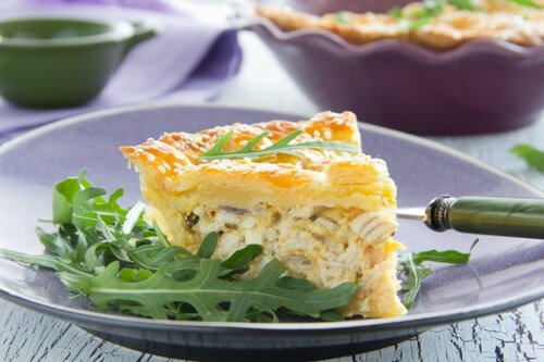 """""""American"""" pie with chicken and mushrooms."""