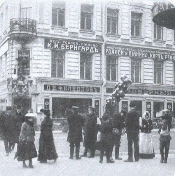 Продажа воздушных шаров на углу Невского проспекта и Троицкой улицы