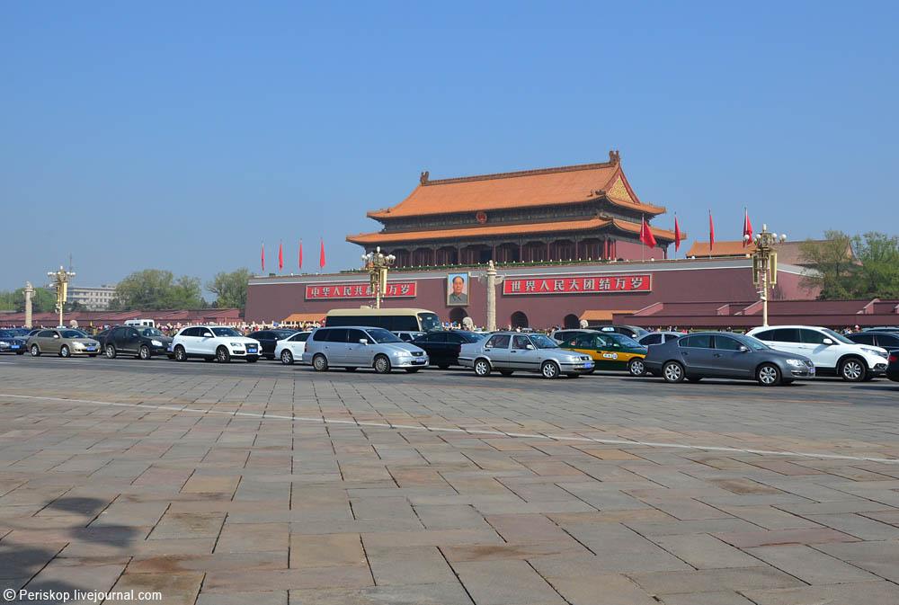 Вход внутрь мавзолея визуально совпадает на оси с портретом Мао на этих.