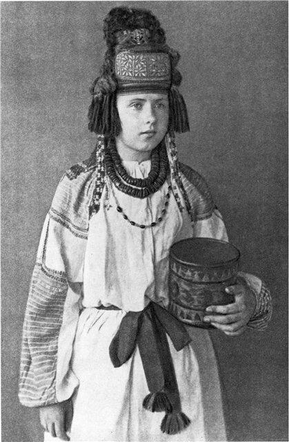 Молодая женщина в курском головном уборе -