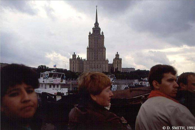 Вид гостиницы Украина с набережной Москва реки во время путча