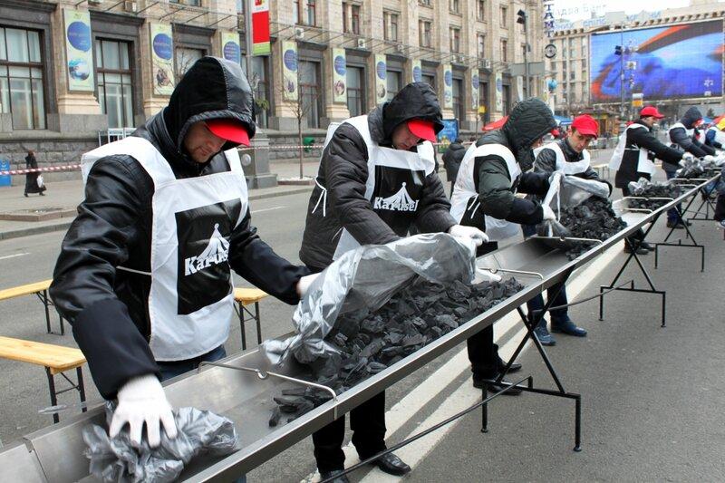 Мангальщики высыпают уголь в мангал