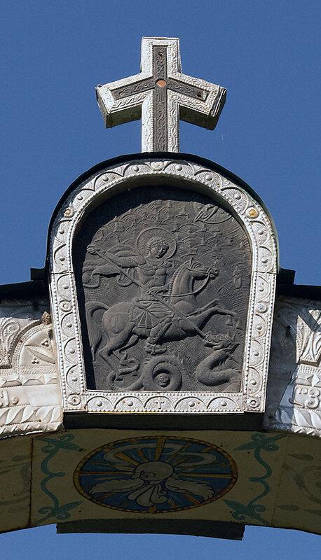 Икона святого Георгия над воротами кладбища Баракони