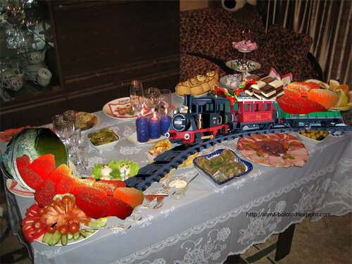 Стол с паровозиком и конфетами