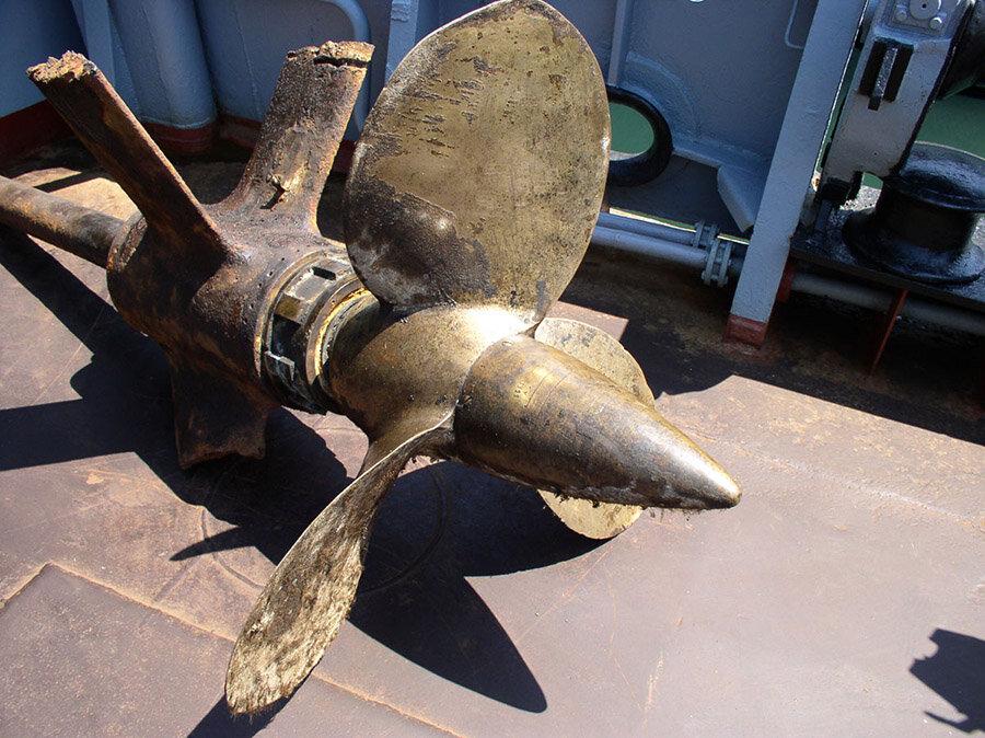 Гребной винт подводной лодки Щ-211 на борту судна Эпрон