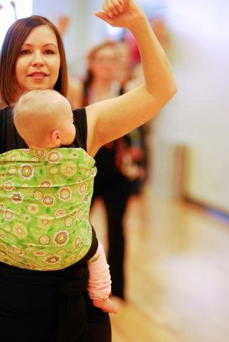 Занятия фитнесом с ребенком в слинге
