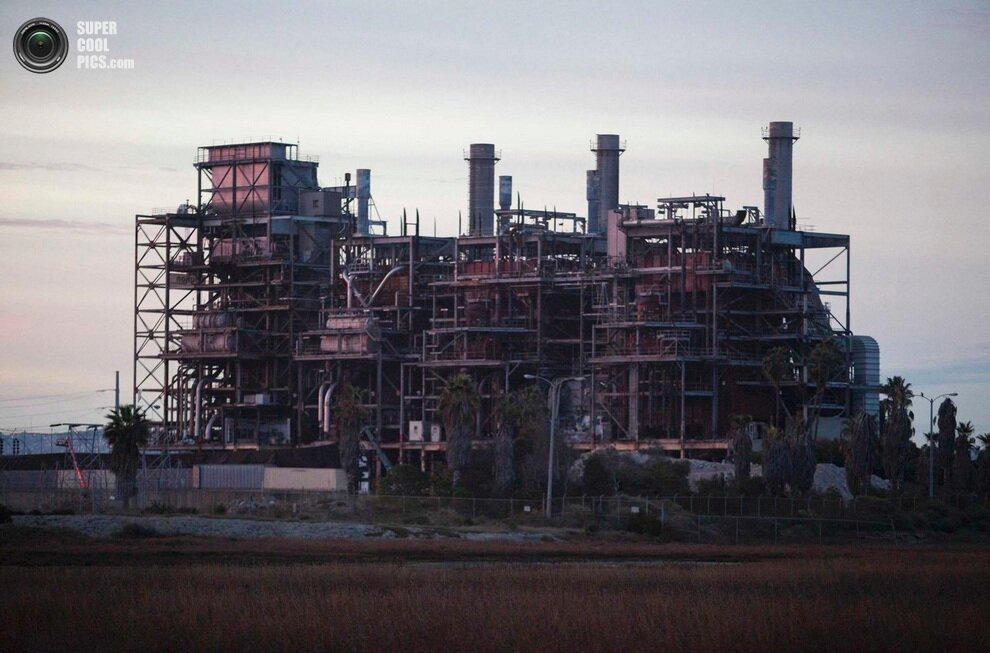 Пока еще целая электростанция The South Bay, Чула-Виста, округ Сан-Диего, штат Калифорния, США.