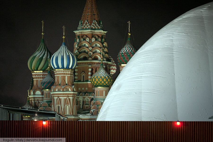 Труп под куполом на главной площади страны