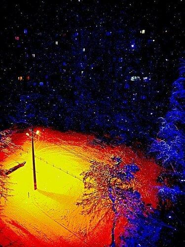 Фонарь,как солнце в пустыне,выжег вокруг себя всю растительность... А вокруг - бескрайний космос и созвездия...