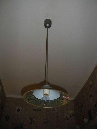 Фото 6. Подвес, призванный освещать коридор, не работает.