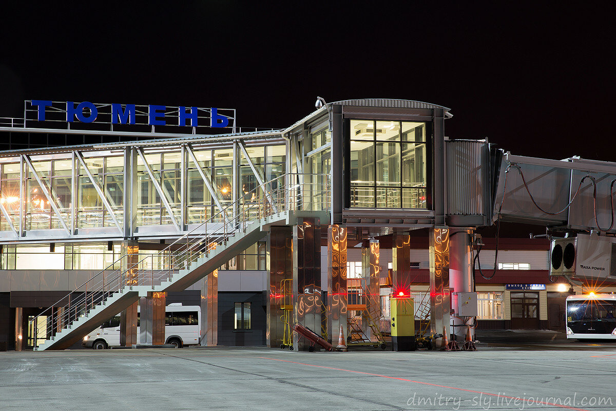 Прогулка по вечернему перрону аэропорта Рощино