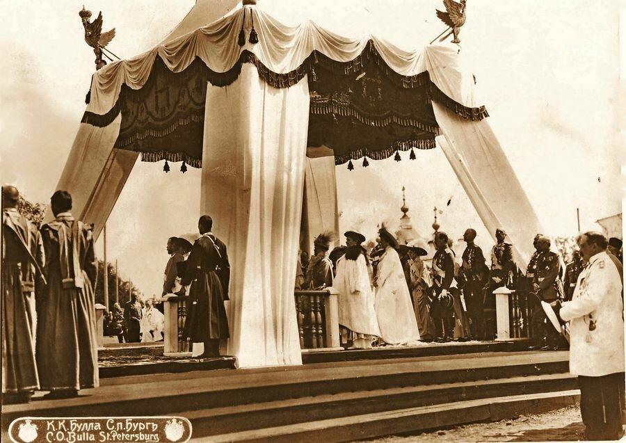 Николай II принимает парад