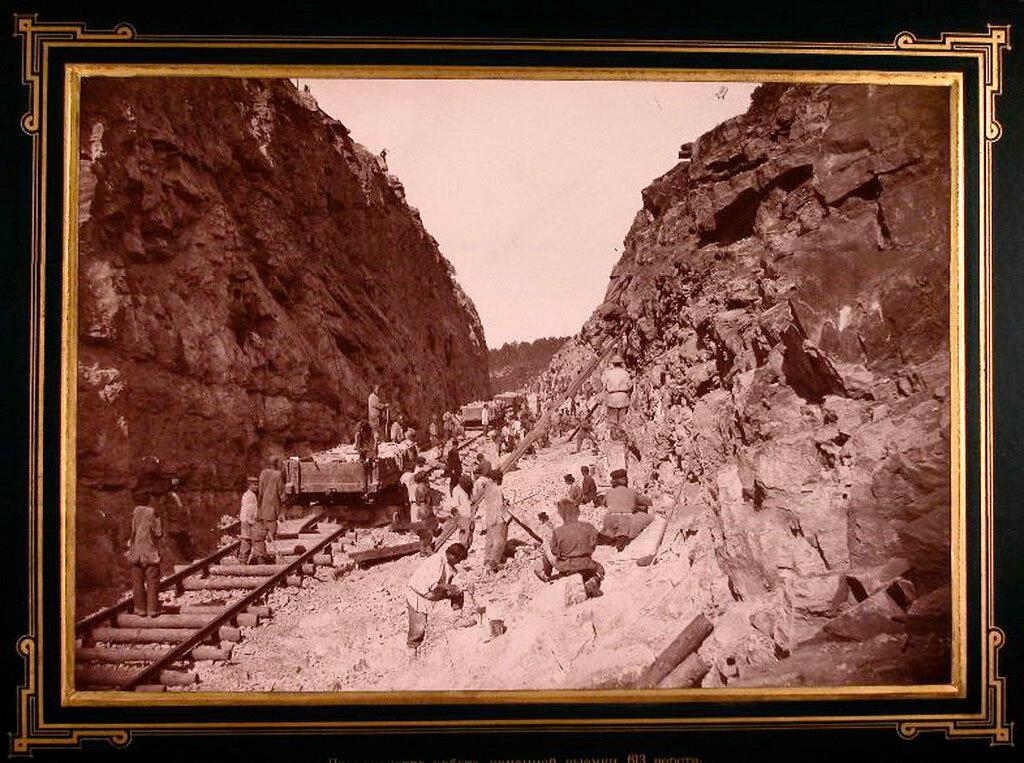 21. Рабочие вынимают камни во время строительства дороги