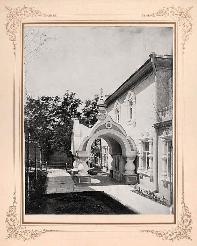 3. Боковой вход в монастырь