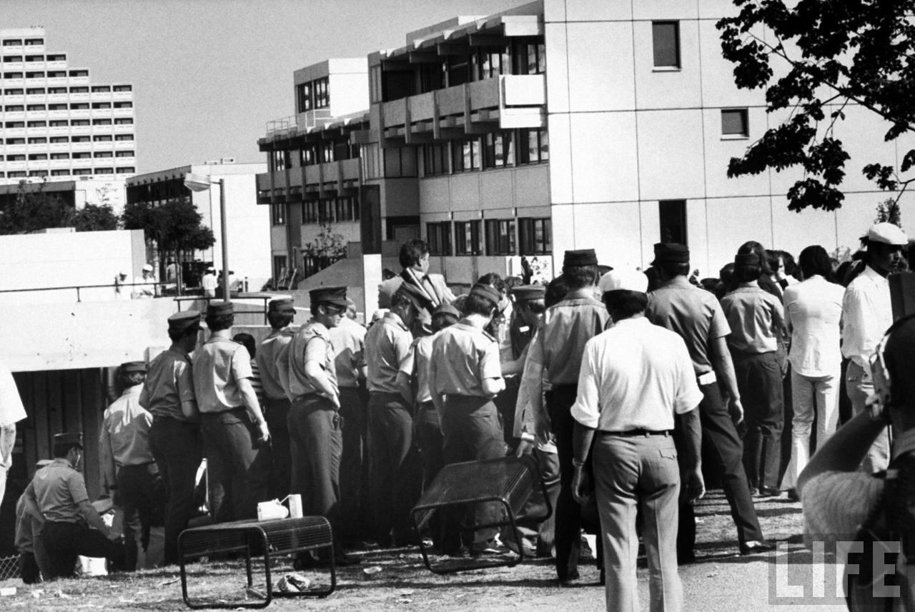 Немецкие полицейские в оцеплении возле здания, где арабские боевики удерживают заложников