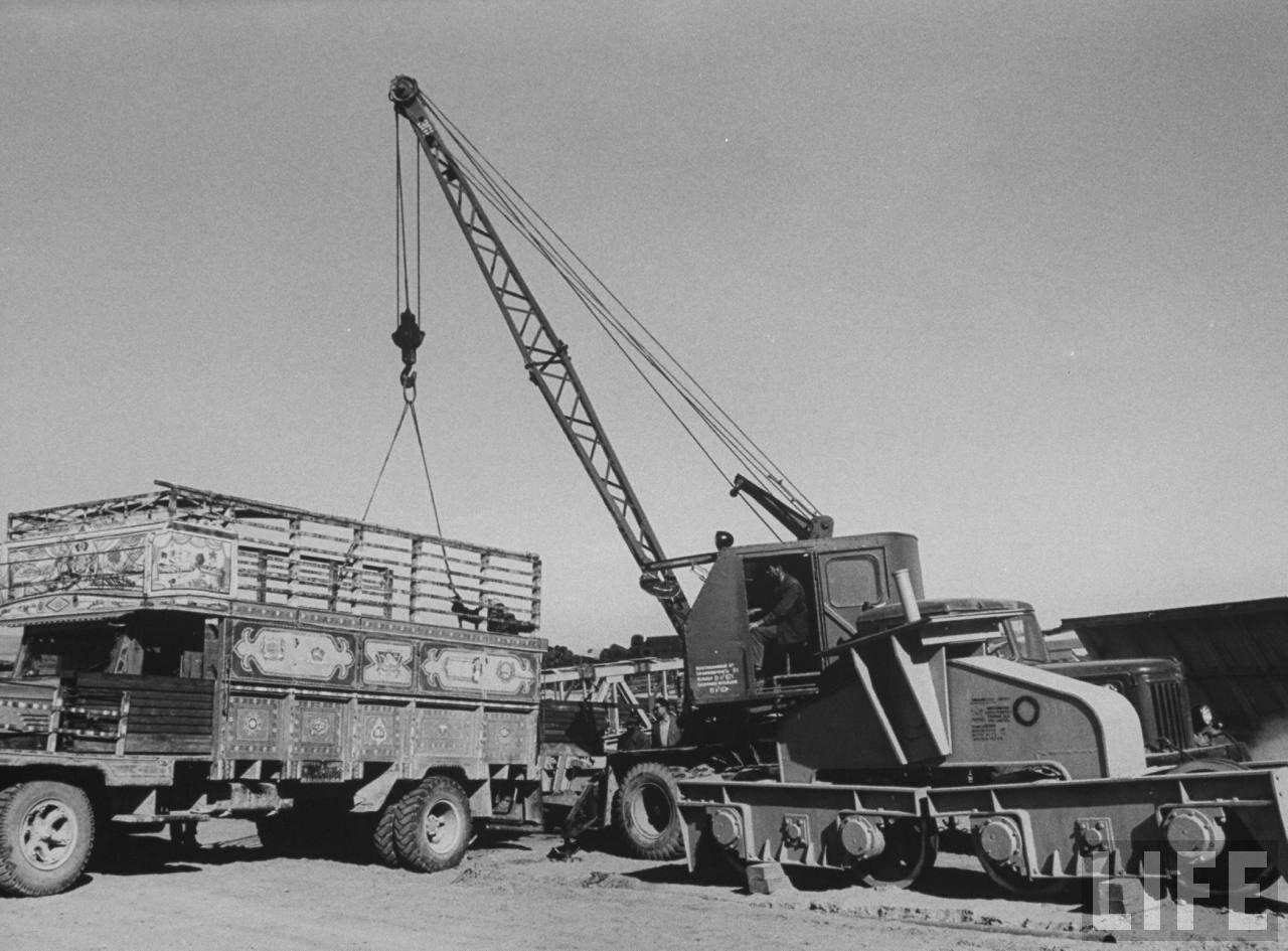 Советские автокраны осуществляют погрузочно-разгрузочные работы в афганском речном порту Кисиль Кала