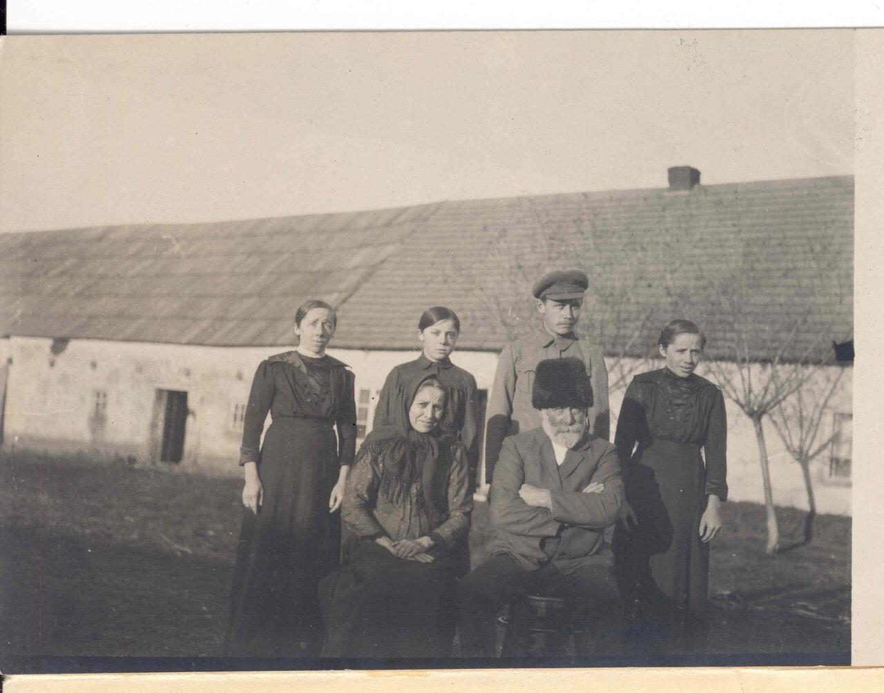 Семья меннонитов возле большого амбара