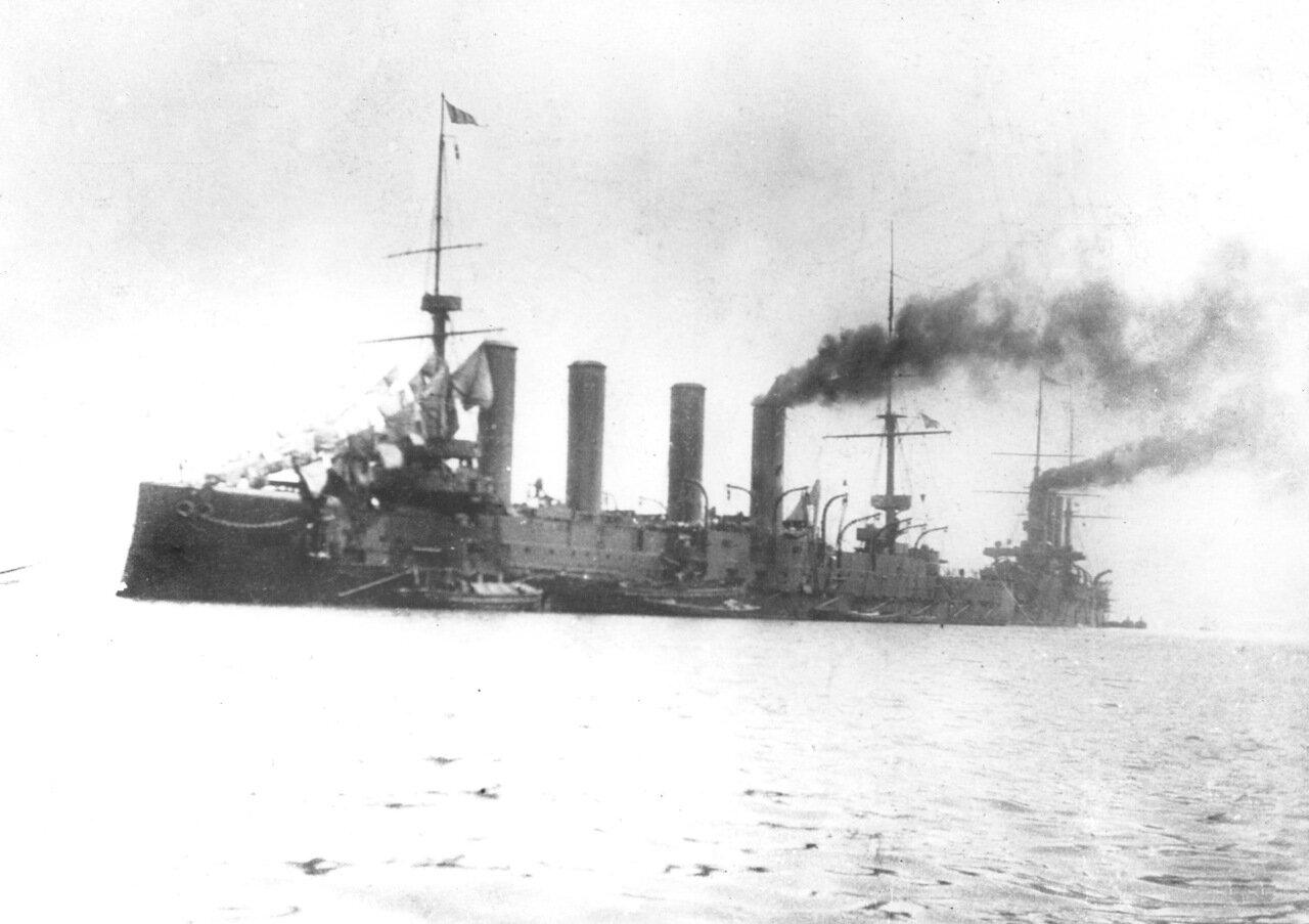 Броненосный крейсер Баян в Порт-Артуре, на заднем плане бронепалубный крейсер типа Диана