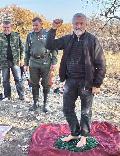 Журналист Витольд Ярмакович осваивает хождение по битому стеклу.