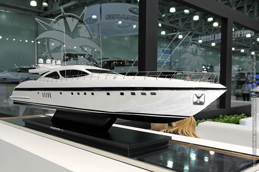 яхта Mangusta 130