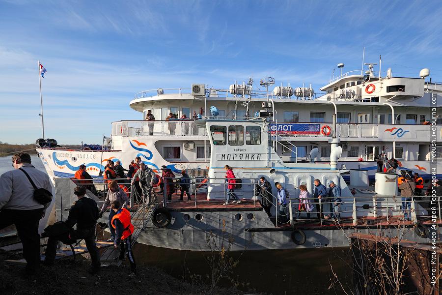 Для того, чтобы попасть на берег, туристам теплохода сначала надо пройти на борт «Морянки» и только потом сойти на берег Вятских Полян