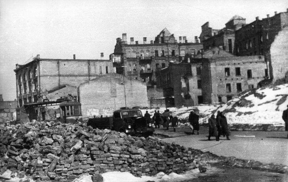 1944.03. Вид развалин Хрещатика в районе улицы Энгельса (теперь Лютеранская)