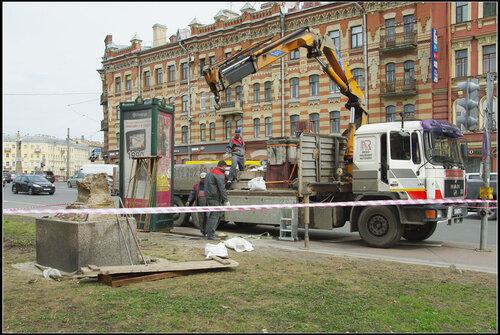 Демонтаж верстового столба. Санкт-Петербург. Май 2013.