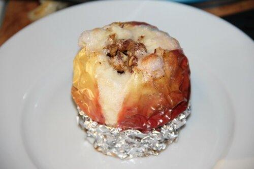 Запеченое яблоко с орехами блинами