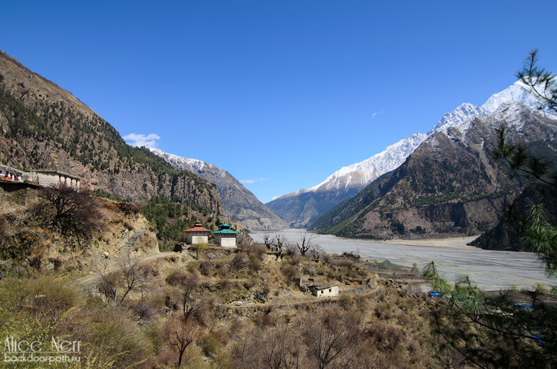 небольшой храм по дороге к водопаду в кобанге, гималаи, непал
