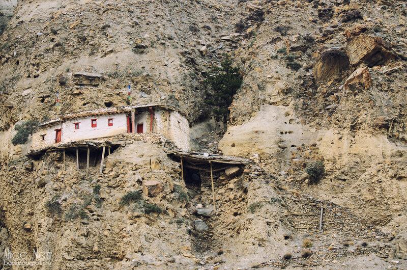 домик в склоне горы, вид на Марпу с храма, Непал