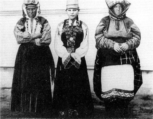 Женщины и девушка в праздничных костюмах. Тамбовская губ.1904 г.