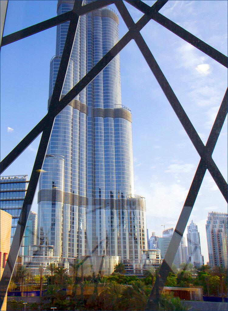 Burj Khalifa através do vidro da transição.