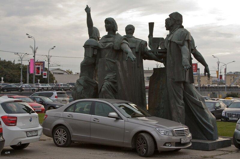 Скульптурная группа олицетворяющая мир трудовой молодёжи