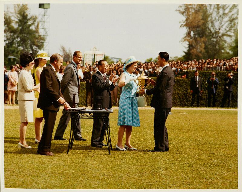 Ее Величество Королева Елизавета II представляя Кубок Королевы Елизаветы II с его первым победителем в Сингапуре Turf Club  20 фев 1972
