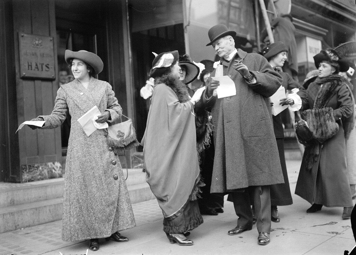 Суфражистки раздают листовки о предстоящем параде