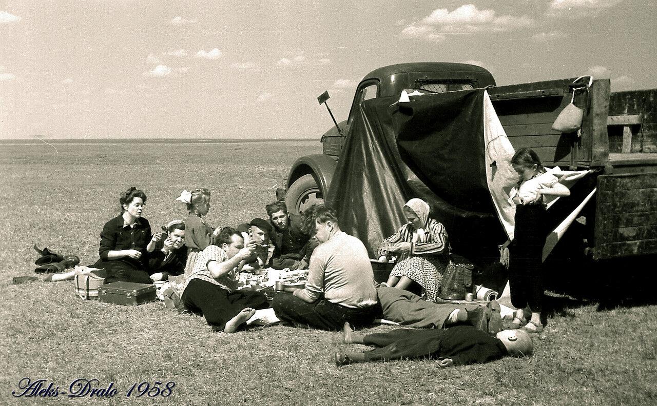 1958. Омск. Пикник на обочине