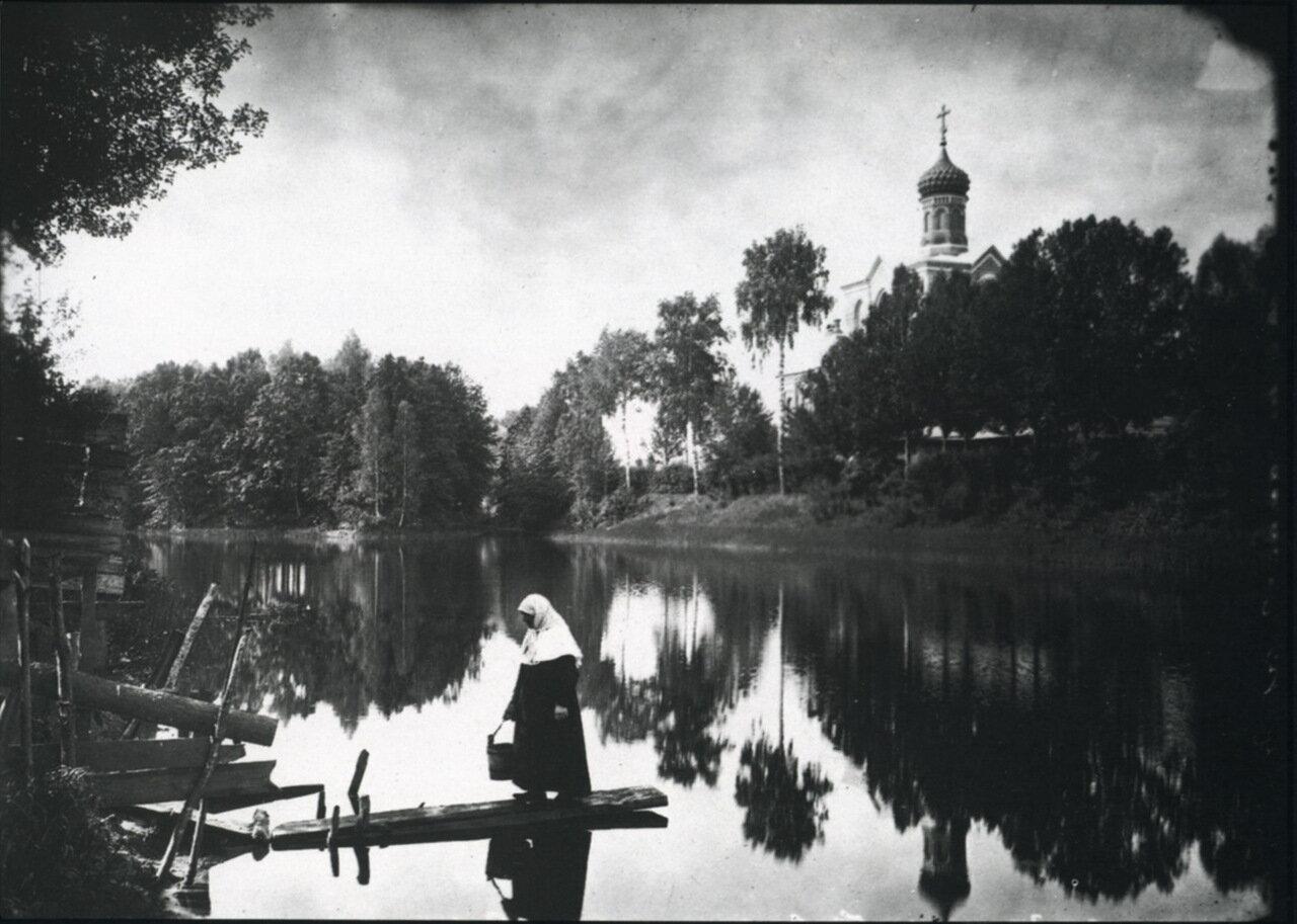 Серафимо-Понетаевский женский монастырь. Вид на монастырский пруд и Больничную церковь.