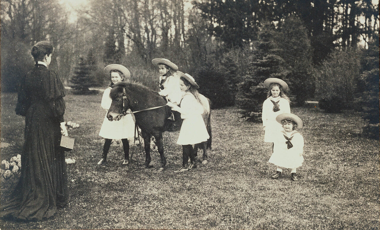 Императрица Александра Федоровна и ее дети. 1906 г.