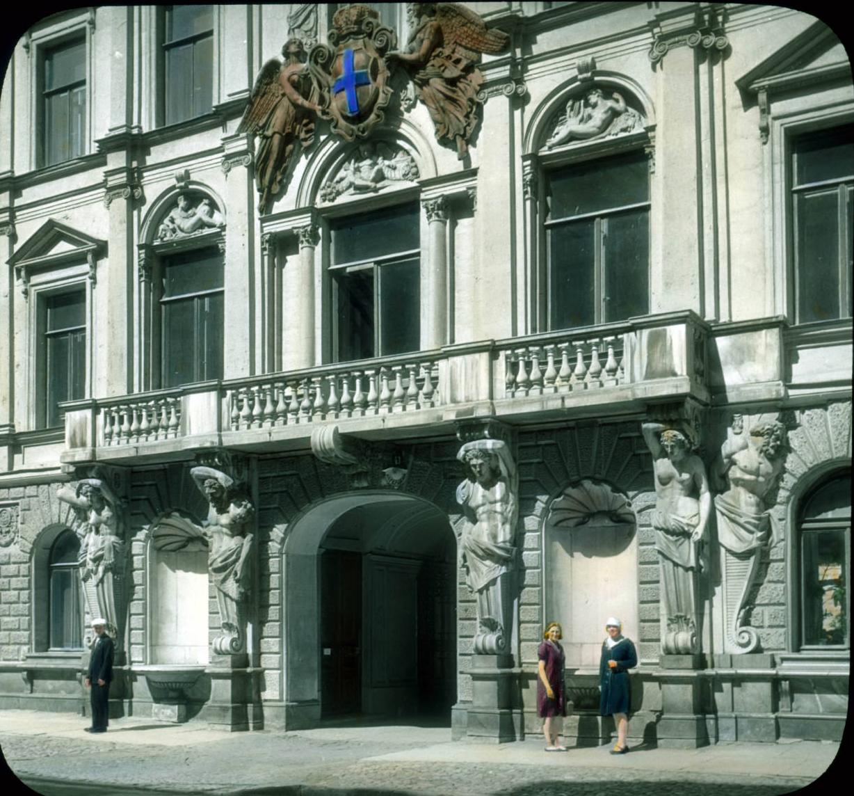 Санкт-Петербург. Здание с балконом поддерживается кариатидами и атлантами