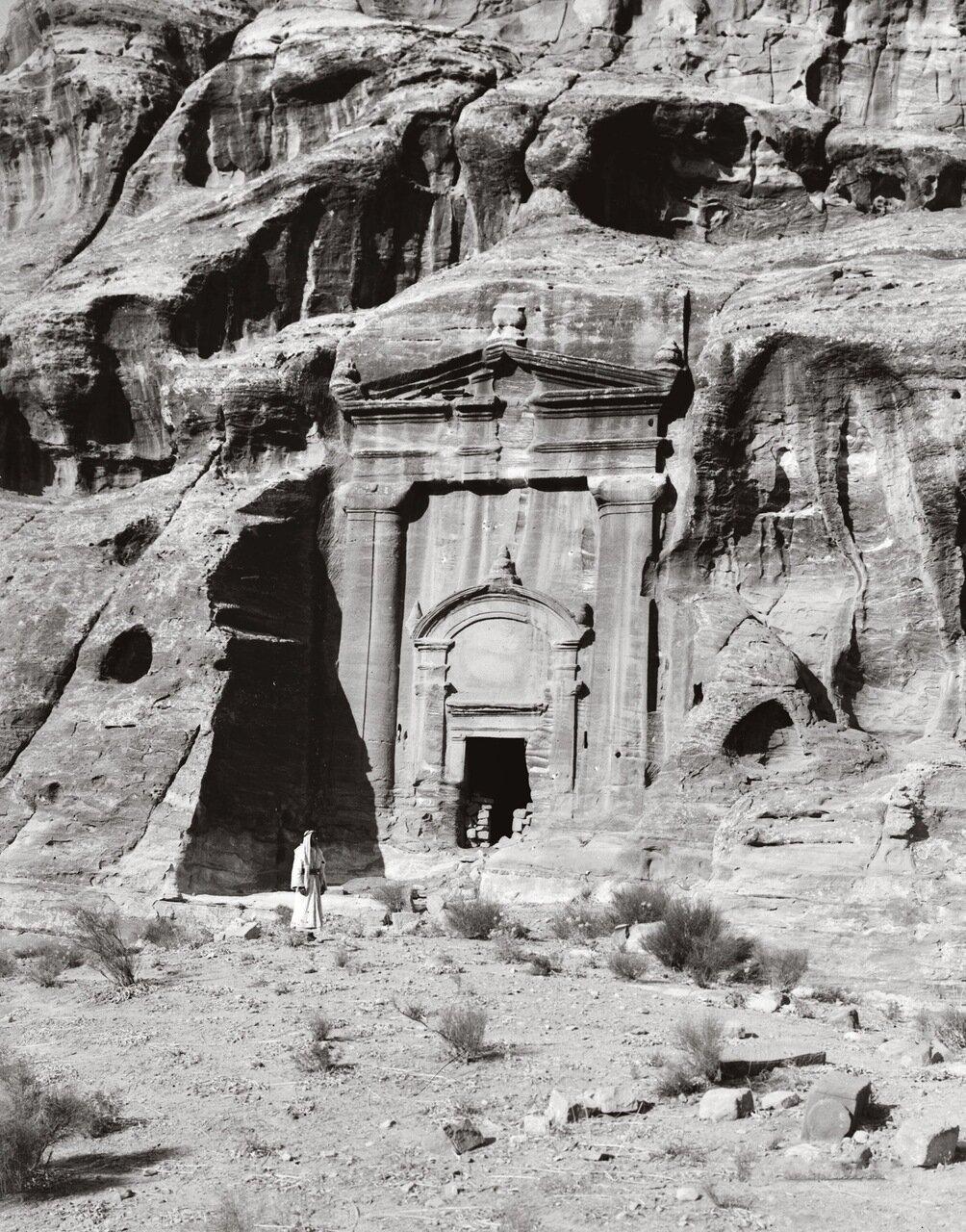 Гробница с тремя урнами. Петра, Трансиордания. 1900-1920 гг.