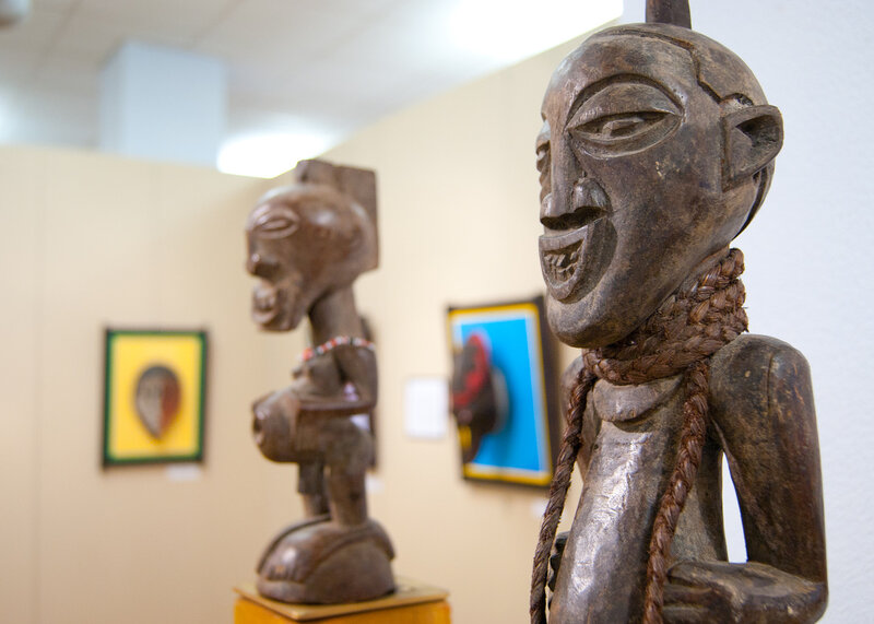 Статуэтка племени Сонге и фигура Нкиши. Конго