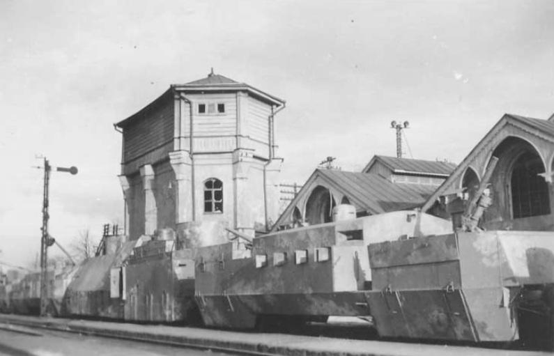 Бронепоезд оставленный на ж/д станции в г. Симферополь.