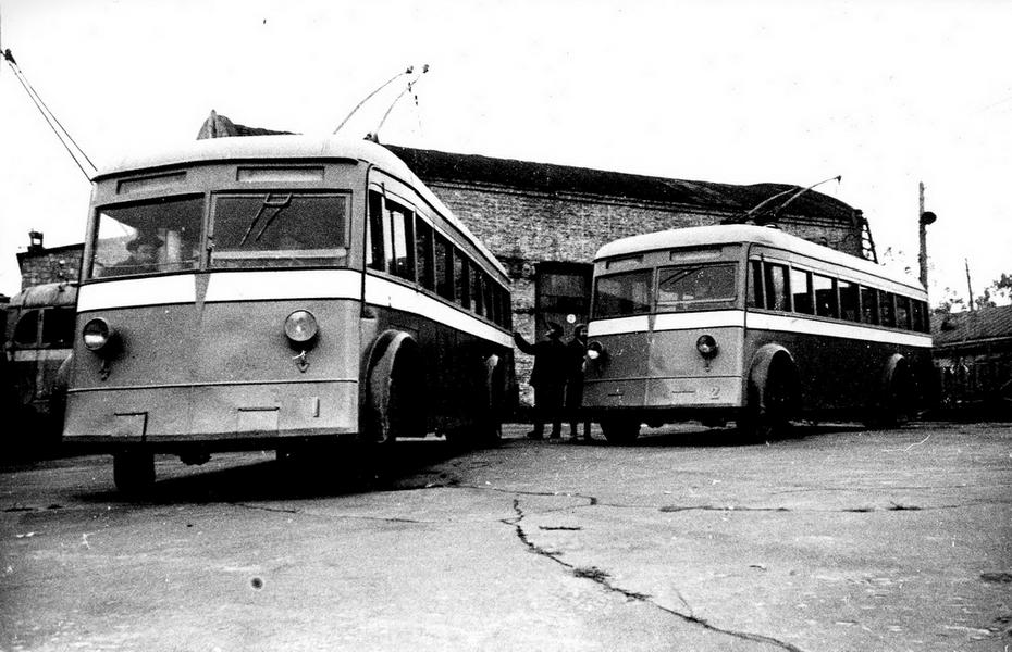 """1944.11.05. Киевские троллейбусы выходят на первый маршрут. После освобождения Киева электротранспортное хозяйство в течении года было частично восстановлено; 5 ноября 1944 года несколько троллейбусов вышли на маршрут """"Завод им.Дзержинского - площадь Сталина"""""""