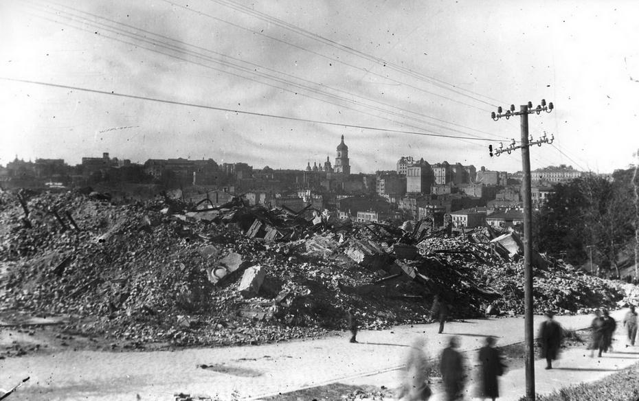 1944. Руины жилых домов на улице 25 Октября ( теперь улица Героев Небесной сотни)