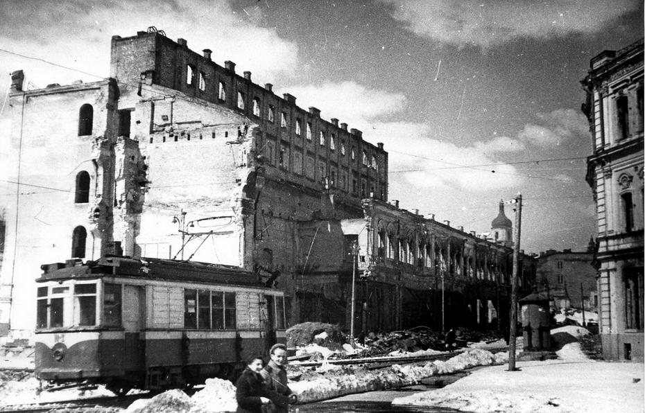 1944. Фото: Барабанова Б.О. Площадь Калинина (ныне Майдан Незалежности). Справа видна стена здания городской Думы